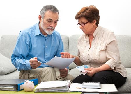 Photo pour senior couple worrying about their money situation - image libre de droit