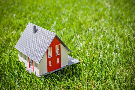 Photo pour House in green grass. Real estate concept - image libre de droit