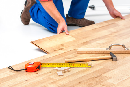 Photo pour carpenter worker installing laminate flooring in the room - image libre de droit