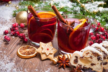Foto de Two glasses of  mulled wine with christmas decoration - Imagen libre de derechos