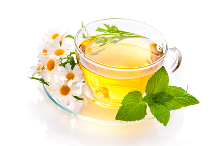 Photo pour Herbal tea with chamomile and  fresh mint leaves - image libre de droit