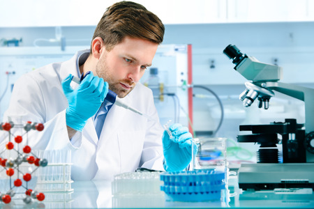 Foto de scientist working at the laboratory - Imagen libre de derechos