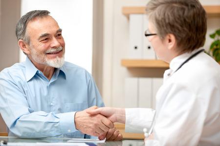Foto de Doctor shaking hands to patient in the office - Imagen libre de derechos