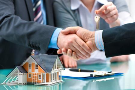 Photo pour Estate agent shaking hands with customer after contract signature - image libre de droit