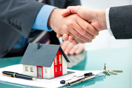 Photo pour Estate agent shaking hands with customer after contract signature - image libre de droit