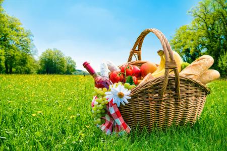 Photo pour picnic setting on meadow with copy space - image libre de droit