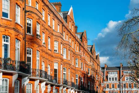 Photo pour Expensive Edwardian block of period red brick apartments typically found in Kensington, West London, UK - image libre de droit