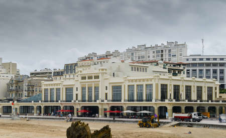 Photo pour People relaxing on the promenade of the Grand Plage in in Biarritz, France - image libre de droit