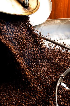 Foto de roasting process of coffee, beans falling in the hopper - Imagen libre de derechos