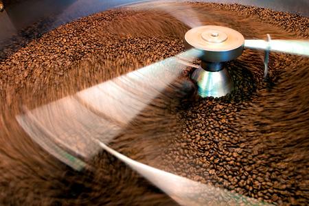 Foto de Roasting process of coffee, screening and cooling in the hopper - Imagen libre de derechos