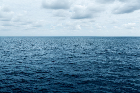 Photo pour blue sea and cloudy sky waves in Atlantic Ocean - image libre de droit