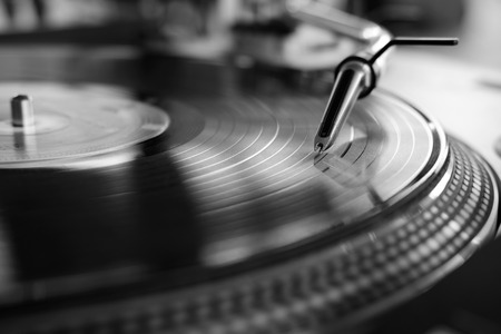 Foto de vinyl player,analog sound technology for dj playing digital music,close up audio equipment for disc jockey black and white - Imagen libre de derechos