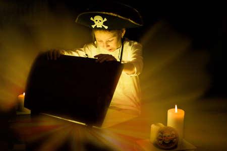 Photo pour Childhood dreams. Adventurous girl found a treasures. Happy young pirate. - image libre de droit