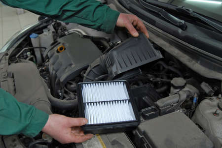 Photo pour replacement of car air filter - image libre de droit