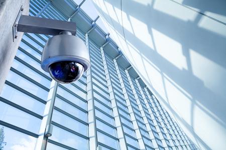 Foto de Security CCTV camera in office building - Imagen libre de derechos