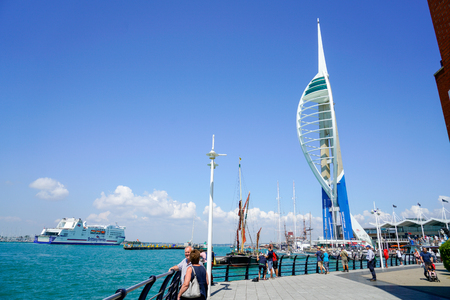 Foto de PORTSMOUTH, UK - JULY 10, 2018: Summer in Portsmouth, one of the most beautiful port in UK and very popular for tourists - Imagen libre de derechos