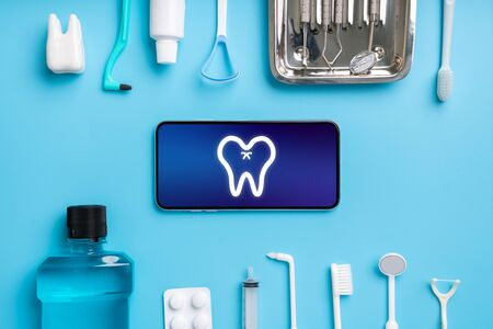 Foto de Online health care icon application on smart phone - Imagen libre de derechos