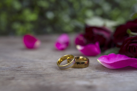 Photo pour wedding ring and red rose for concept background and inspiration - image libre de droit