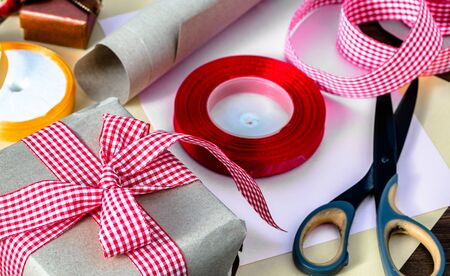Foto de Christmas gift box in rustic package, present wrapped in paper and ribbon - Imagen libre de derechos