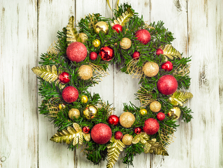 Photo pour Advent christmas wreath hanging on wooden door - image libre de droit