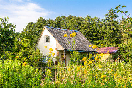 Photo pour Rural house. Summer cottage with flowers in the garden, country landscape - image libre de droit