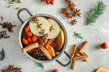 Foto de Mulled wine - hot drink, christmas cooking concept - Imagen libre de derechos