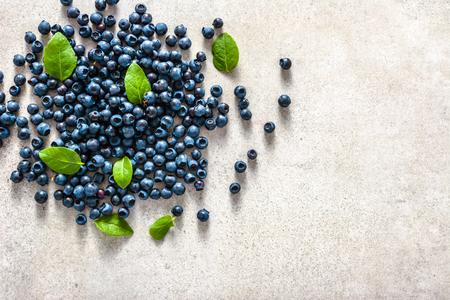 Photo pour Fresh blueberry with leaves, top view flat lay - image libre de droit