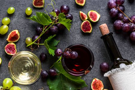 Photo pour Glasses of wines, red and white wine and bottle, top view - image libre de droit