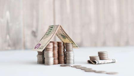 Photo pour money house of us cents coins and 5 dollars banknote - image libre de droit