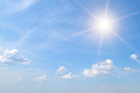 Foto de sun on blue sky with white clouds - Imagen libre de derechos