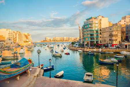 Foto de beautiful view of harbor with maltese yachts and boats in St. Julians to Sliema, Spinola Bay, Malta - Imagen libre de derechos