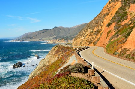 Foto de Highway 1 running along Pacific coast in Big Sur state parks in California. - Imagen libre de derechos