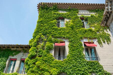 Foto de An ancient ivy-tilled house in the medieval city of Carcassonne in France - Imagen libre de derechos
