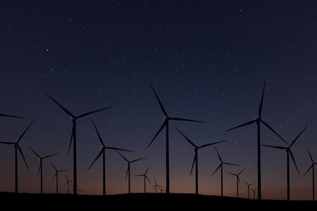 Foto de Night Sky Over Wind Farm. Energy and nature Night Sky. - Imagen libre de derechos
