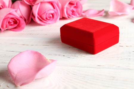 Photo pour Lots of pink roses and a red gift box, decorations. - image libre de droit