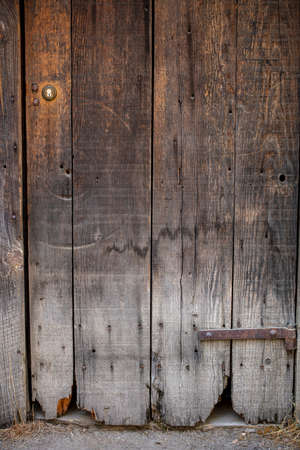 Photo pour Old worn redwood door as a backdrop - image libre de droit