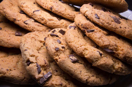 Photo pour Chocolate chip cookies stacked up on a plate, ready to be served. - image libre de droit
