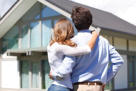 Photo pour young couple looking at the house - image libre de droit