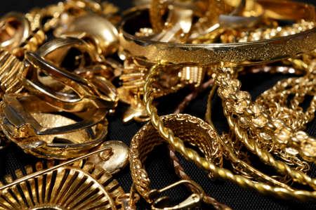 Foto de Closeup view of some scrap gold ready for refining. - Imagen libre de derechos