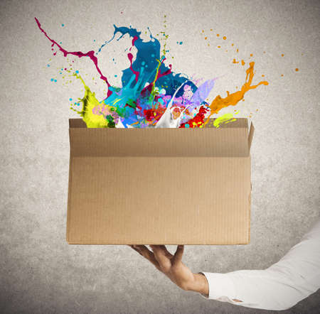 Photo pour Man holding a creative business box - image libre de droit
