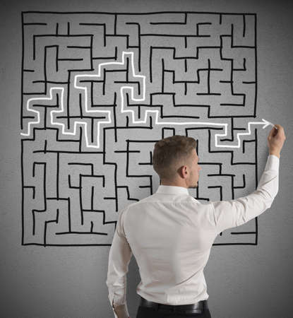 Photo pour Businessman finding the solution of a maze - image libre de droit