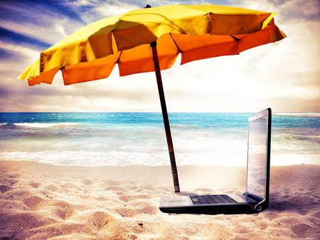Foto de Concept of vacation time with a laptop on the beach - Imagen libre de derechos