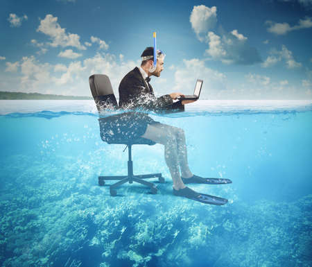 Foto per Businessman working on vacation even at sea - Immagine Royalty Free