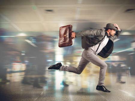 Photo pour Tourist runs late to the flight departure - image libre de droit