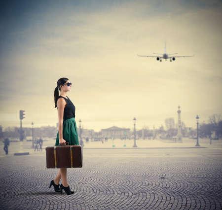 Photo pour Woman classy traveller walks in a square - image libre de droit
