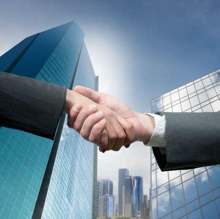Foto de Business people shaking hands over a deal - Imagen libre de derechos
