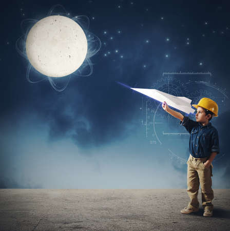 Photo pour Child imagines launch a shuttle to moon - image libre de droit
