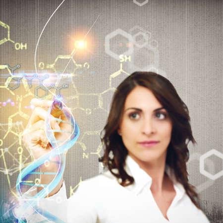 Foto de Woman chemist explain chemical formulas in laboratory - Imagen libre de derechos