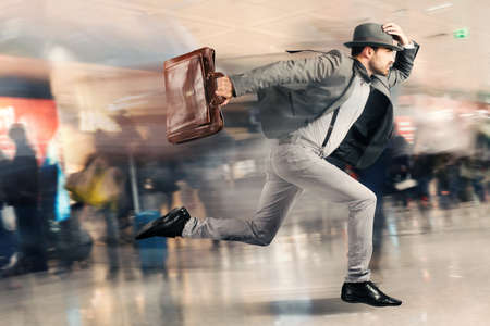 Foto per Late tourist man runs fast in airport - Immagine Royalty Free