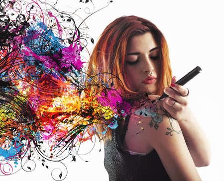 Photo pour Girl draws a tattoo on his arm - image libre de droit